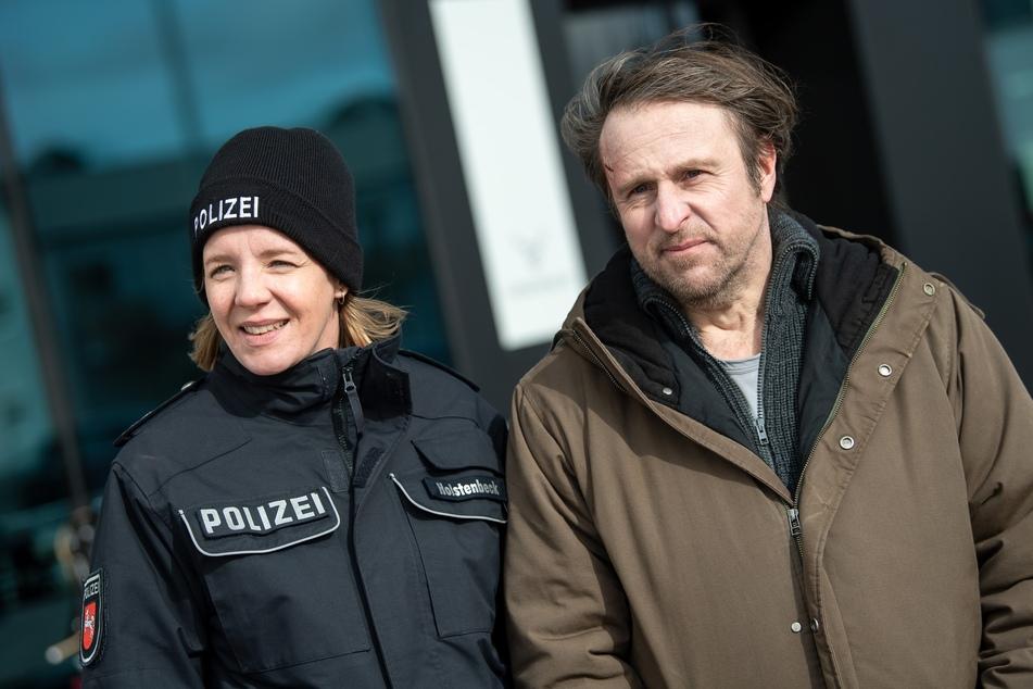 """Die Schauspieler Katrin Wichmann (42) und Bjarne Mädel (52) stehen am Set des NDR Fernsehfilms """"Sörensen hat Angst""""."""