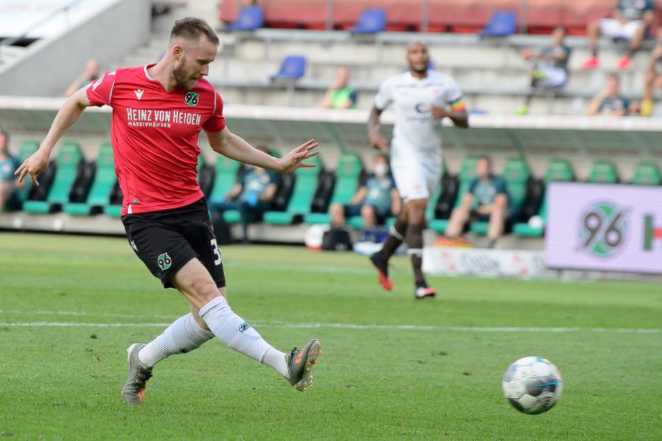 Vielleicht bald mit dem Brustring unterwegs? Cedric Teuchert (23), war vergangene Saison von Schalke 04 zu Hannover 96 ausgeliehen.