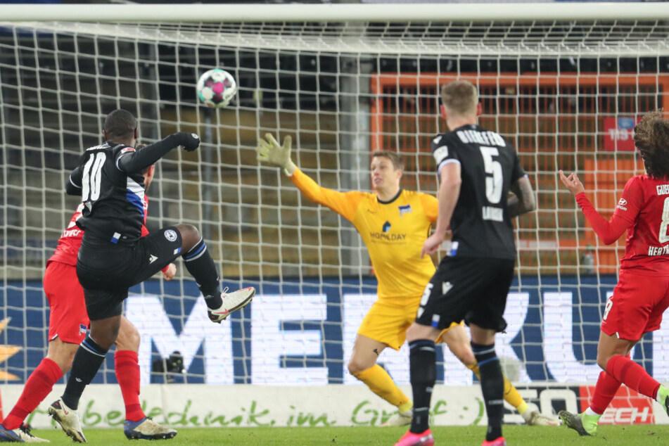 Reinhold Yabo (2.v.l.) erzielt das entscheidende Tor für Bielefeld.