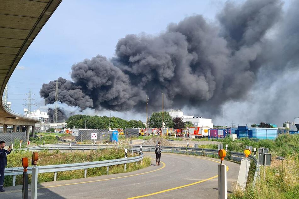 Nach der Explosion in einer Müllverbrennungsanlage im Leverkusener Chempark war eine gewaltige Rauchwolke aufgestiegen.