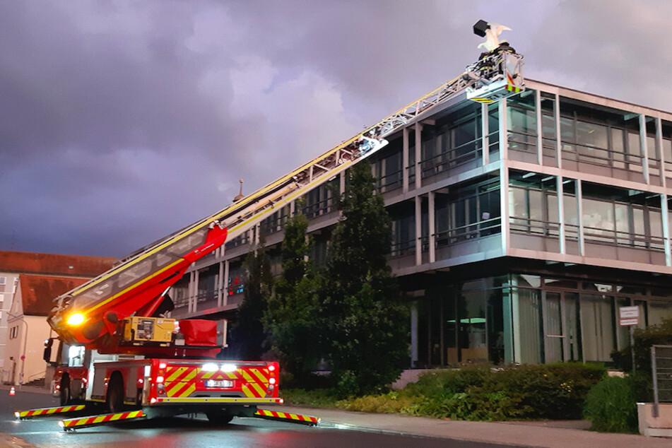 Mit einer Drehleiter gelangte die Besatzung auf das Dach des Bürgerzentrums..