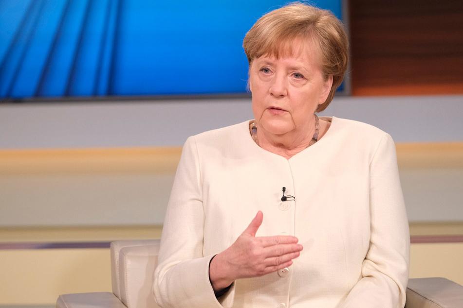 """Angela Merkel (66, CDU): """"Es ist eine kritische Zeit! Es ist ernst, bitte nehmen Sie es ernst!"""""""