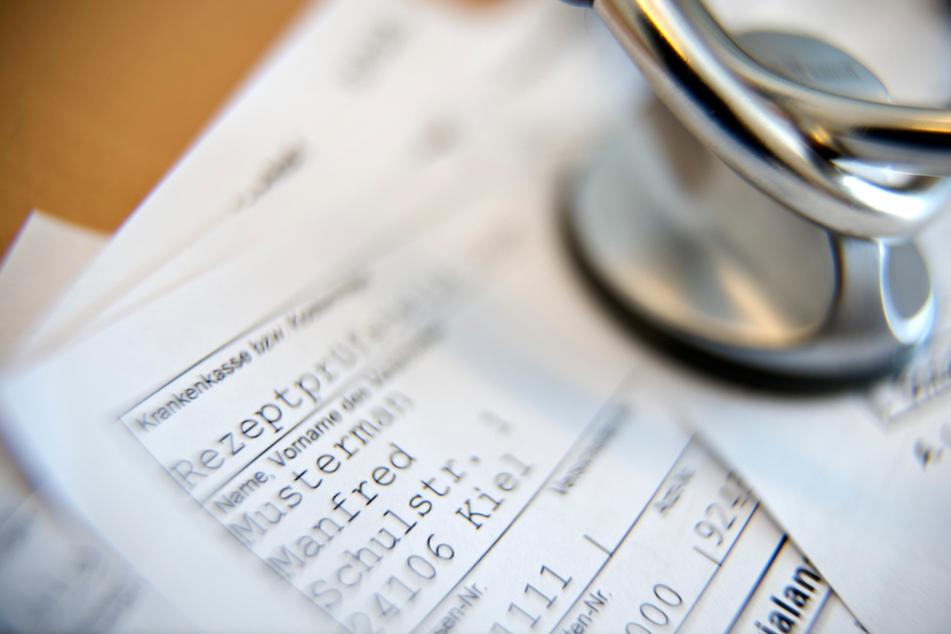 Die ehemalige Arzt-Mitarbeiterin soll mehrere tausend Packungen eines Medikaments illegal bestellt haben. (Symbolbild)
