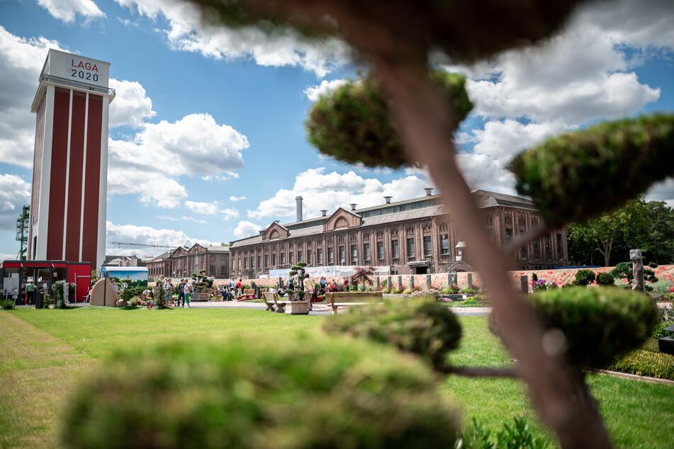 Besucher laufen über die Fläche der Gartenschau. Die Landesgartenschau Kamp-Lintfort 2020 ist die 18. des Landes Nordrhein-Westfalen.
