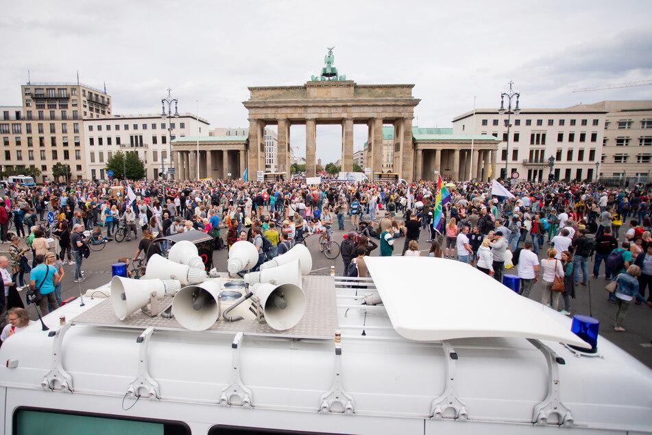 Menschen haben sich zu einer Kundgebung gegen die Corona-Maßnahmen am Brandenburger Tor versammelt.