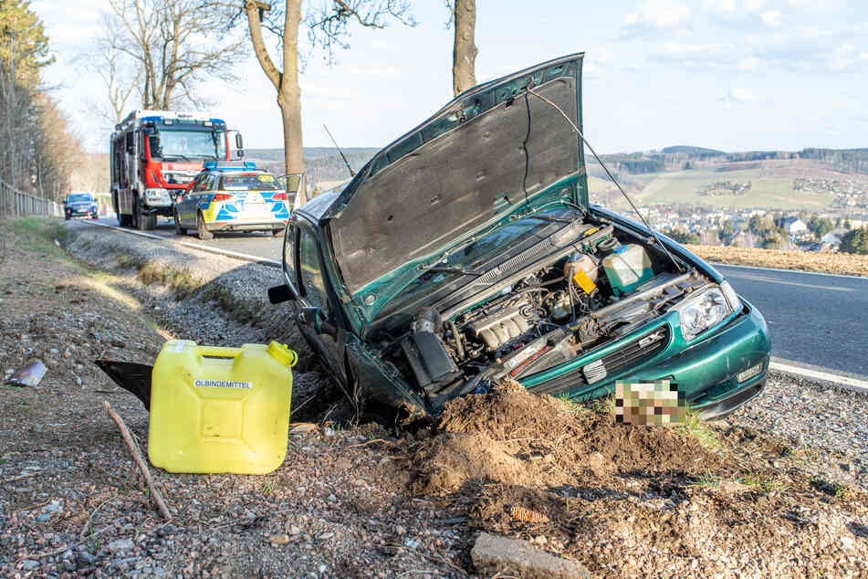 Ein Seat-Fahrer landete am Freitagnachmittag mit seinem Fahrzeug im Straßengraben.
