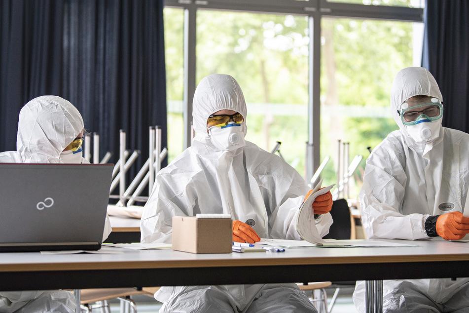 Mitarbeiter eines Gesundheitsamts bereiten sich auf das Testen auf das Coronavirus vor. (Archivbild)