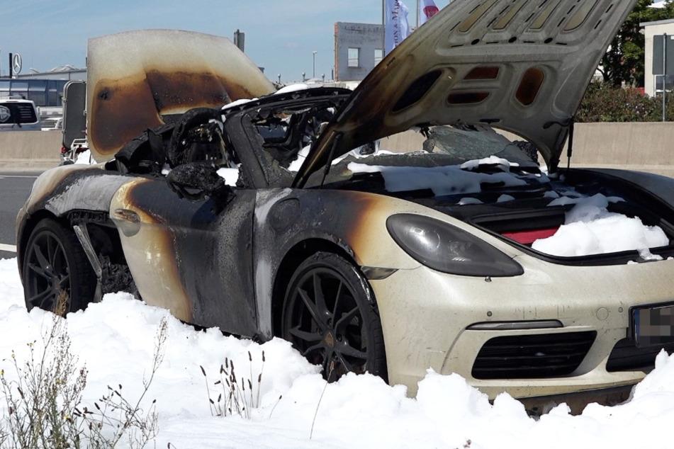 Das Foto zeigt den verkohlten Porsche auf der B42 bei Weiterstadt.