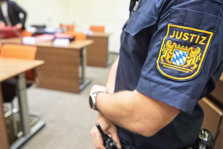 Ein Justizbeamter steht in einem Gericht. (Symbolbild)