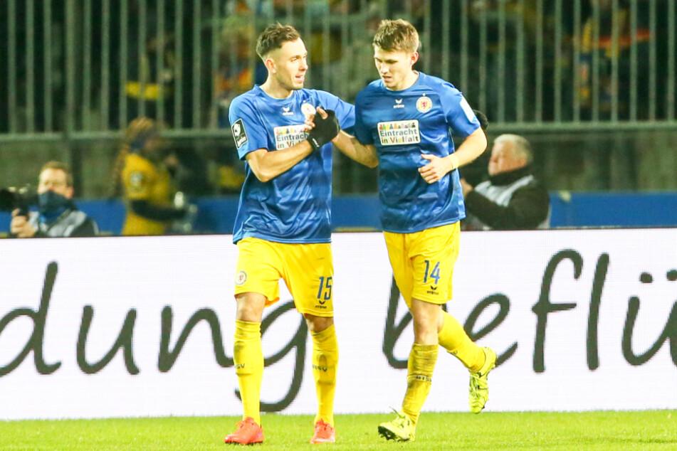 Robin Becker (r.) bejubelt mit Marcel Bär am 3. Dezember 2019 sein letztes Tor für Eintracht Braunschweig. Er traf zum zwischenzeitlichen 3:0 gegen den FSV Zwickau.
