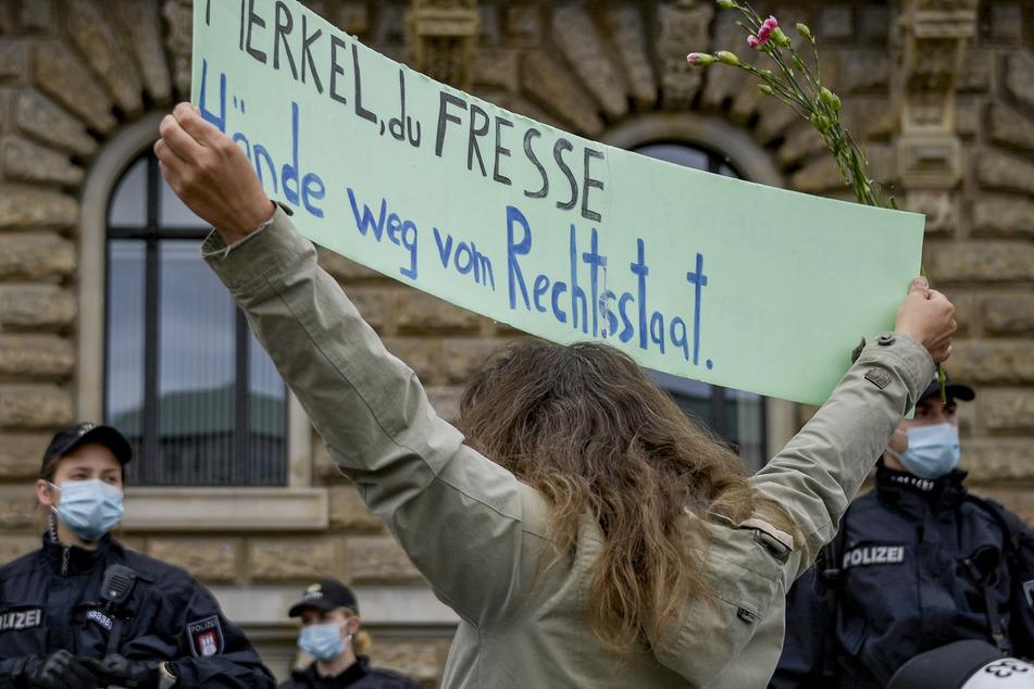 """Demonstrant schlägt Polizist bei Anti-Corona-Protest: """"Lass Dir erstmal Haare am Sack wachsen"""""""