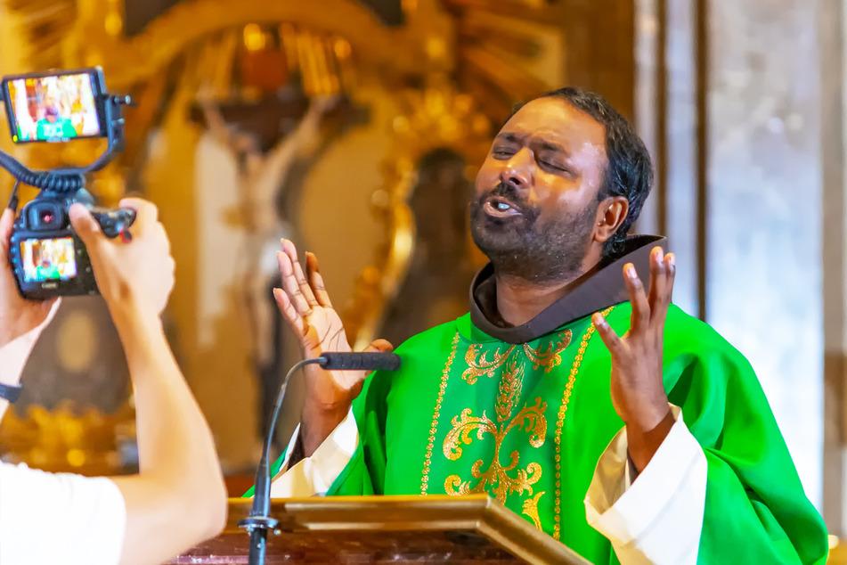 Dieser Franziskaner-Mönch hat nun Erfolg als Rapper!