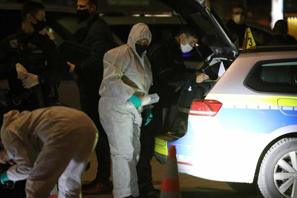 Beamte der Spurensicherung mit der Hülle, in der sich die Tatwaffe befinden soll. Offenbar wurde diese in der Nähe der Höfe am Brühl gefunden.