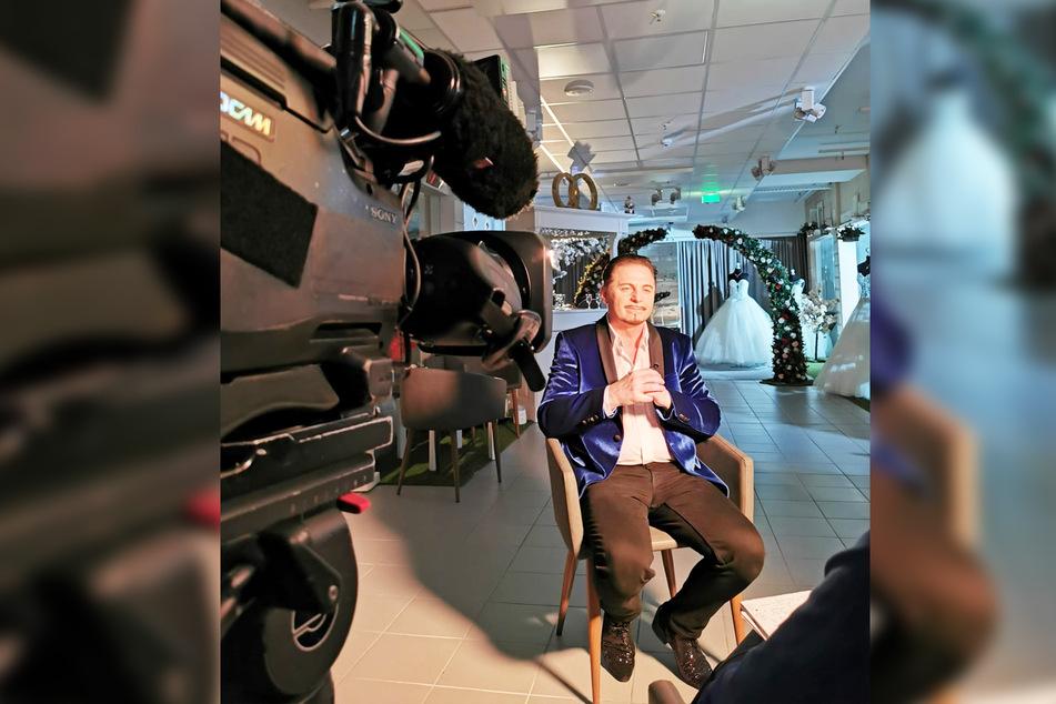 In seinem leeren Brautmodengeschäft erzählt Uwe Herrmann (57) vor der Vox-Kamera, wie sein Alltag ohne Kunden aussieht.