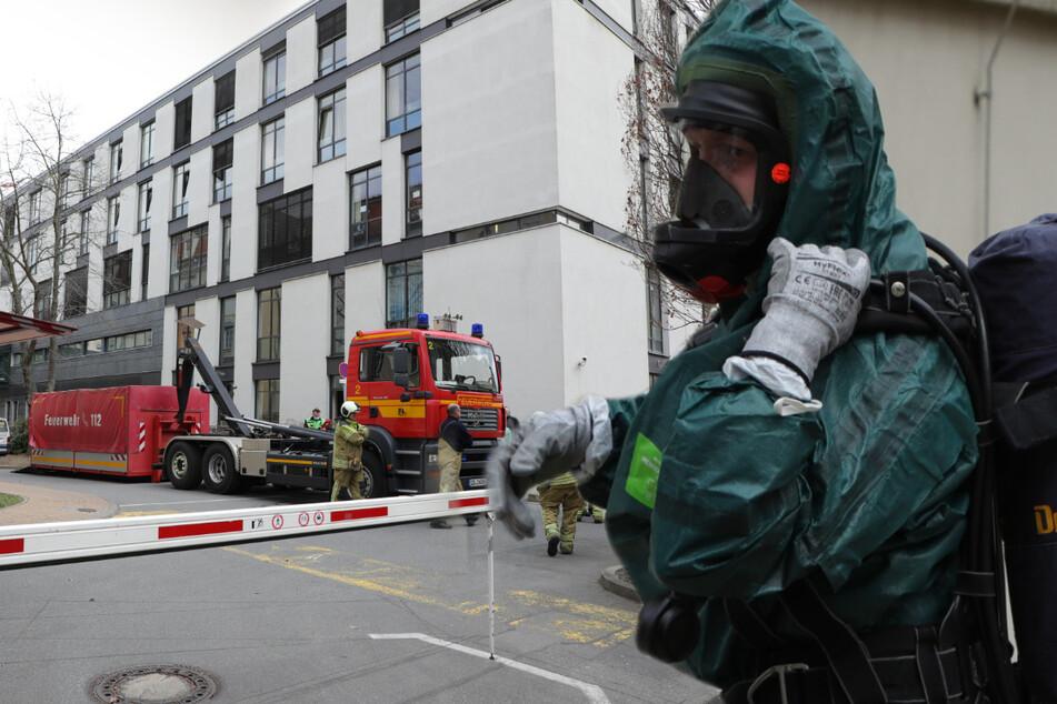 Dresden: Explosiver Stoff ausgelaufen! Spezialkräfte der Feuerwehr im Städtischen Klinikum