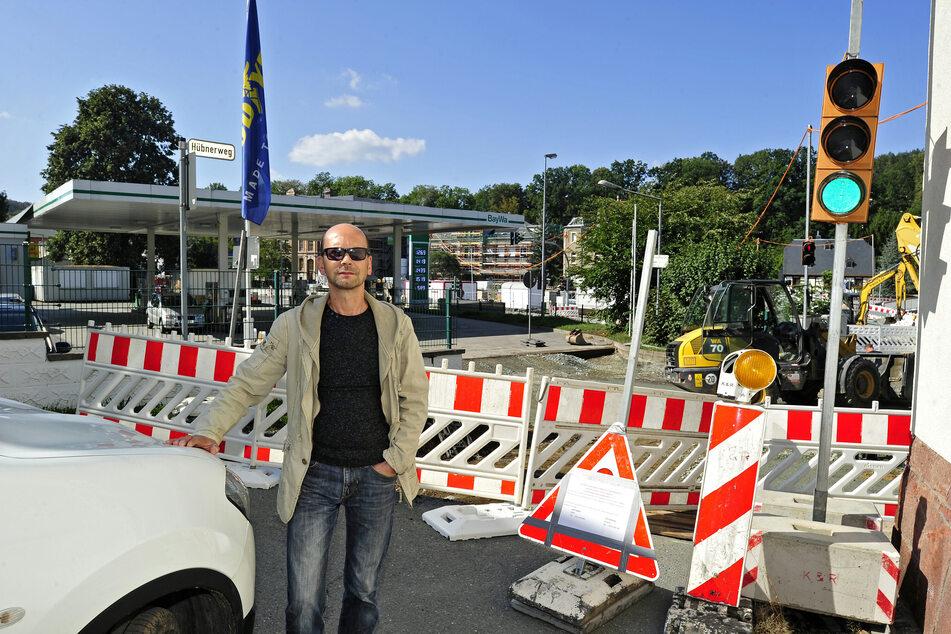 Die Stadt sperrte im Vorjahr die Zufahrt zum Hübnerweg in Harthau. Anwohner Uwe Saupe (54) beschwerte sich, weil er nicht nach Hause kam.