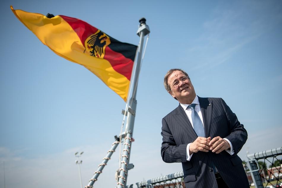 """NRW-Ministerpräsident Armin Laschet (59) steht auf der Fregatte """"Nordrhein-Westfalen""""."""