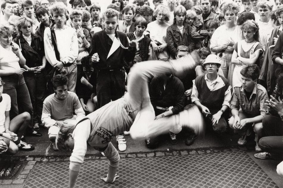 Der HipHop hält Einzug in der DDR: Breakdance-Event auf dem Theaterplatz, etwa 1986.