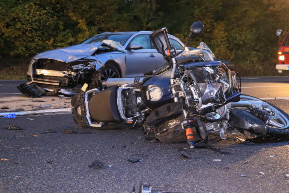 Autofahrer biegt links ab und übersieht Motorrad: 55-Jähriger stirbt