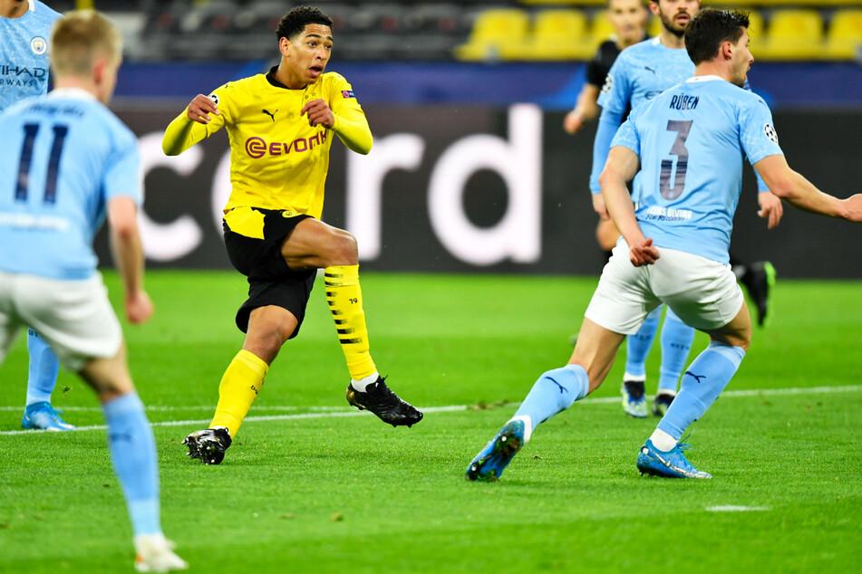 BVB-Youngster Jude Bellingham (3.v.l.) brachte Borussia Dortmund mit diesem schönen Schuss mit 1:0 in Front.