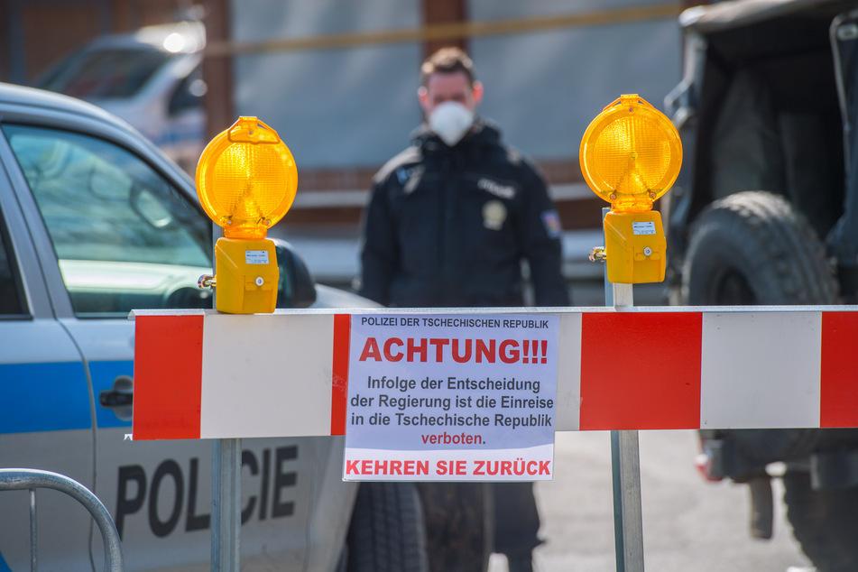 Grenzübergang Johanngeorgenstadt-Potucky - Leere am Grenzübergang Johanngeorgenstadt-Potucky - Polizeibeamte mit Atemschutzmasken verhindern Einreise in die Tschechiche Republik.