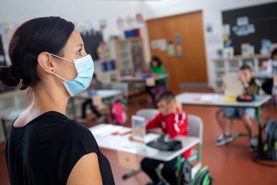Grundschüler in Niedersachsen haben ab Montag wieder Unterricht an der Schule. (Symbolbild)