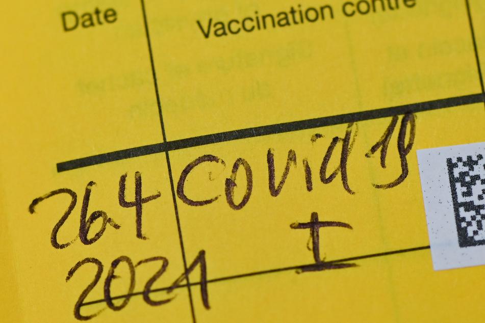 So oder so ähnlich sieht es bei den Menschen aus, die eine Impfung bekommen haben. Viele versuchen den Chargen-Aufkleber zu fälschen. (Symbolbild)