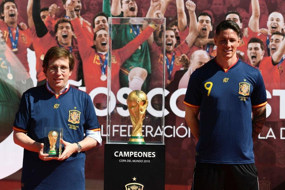Madrids Bürgermeister José Luis Martínez-Almeida (45, l.), hier bei der 10-Jahres-Feier zum Gewinn der WM Spaniens 2010 neben Ex-Profi Fernando Torres. Er sieht in RB Leipzig keinen großen Gegner.