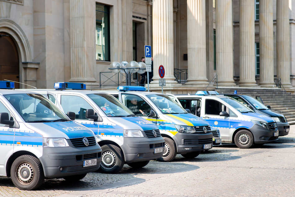 Zahlreiche Fahrzeuge der Polizei stehen vor dem niedersächsischen Landtag, um das Gebäude vor Demonstrationen zu sichern, die durch die Innenstadt ziehen.