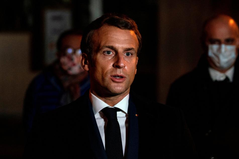 Emmanuel Macron, Präsident von Frankreich, spricht in der Nähe des Tatorts nach einer brutalen Messerattacke.