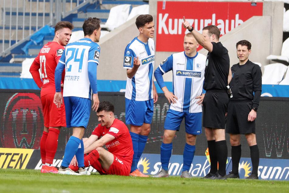 In der 41. Spielminute kassierte Magdeburg-Spieler Alexander Bittroff (32, 2.v.l.) eine Rote Karte. Der FSV Zwickau war damit 50 Minuten in der Überzahl.