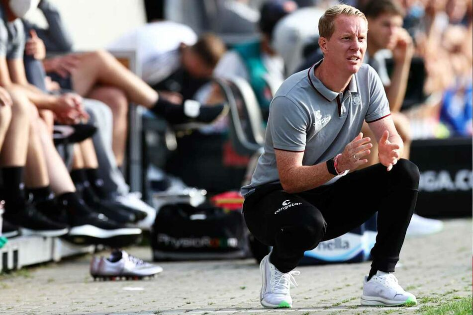 St.-Pauli-Trainer Timo Schultz (44) plagen vor dem Spiel gegen Tabellenführer SSV Jahn Regensburg kleine Personalsorgen.