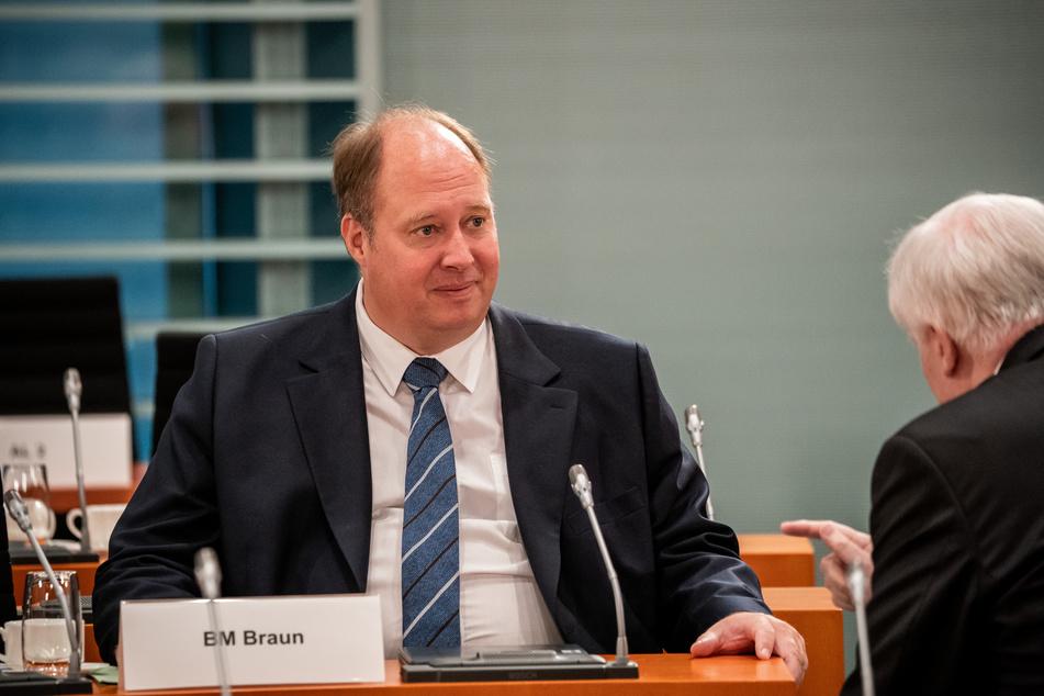 Helge Braun (CDU, l.), Chef des Bundeskanzleramtes und Bundesminister für besondere Aufgaben, im Gespräch mit Innenminister Horst Seehofer (CSU).