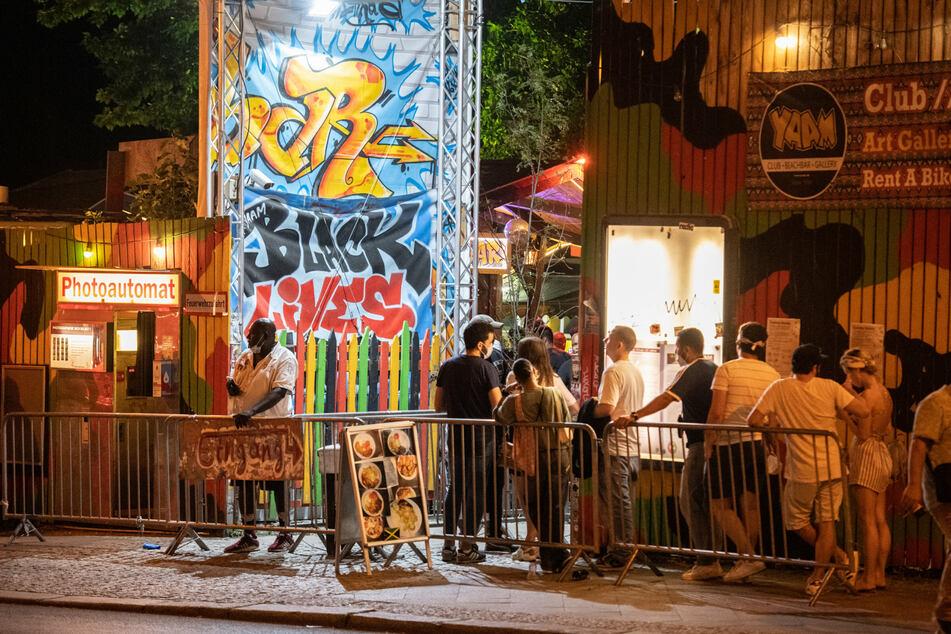 Im Reggae-Club Yaam genossen die Menschen das Wetter an der Spree.