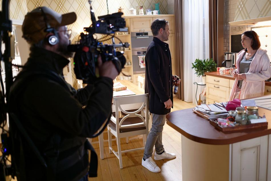 """Ein Kameramann filmt die Schauspieler Ben Ruedinger (Till Weigel) und Valea Scalabrino (Sina Hirschberger) in der Kulisse der RTL Fernsehserie """"Unter uns""""."""
