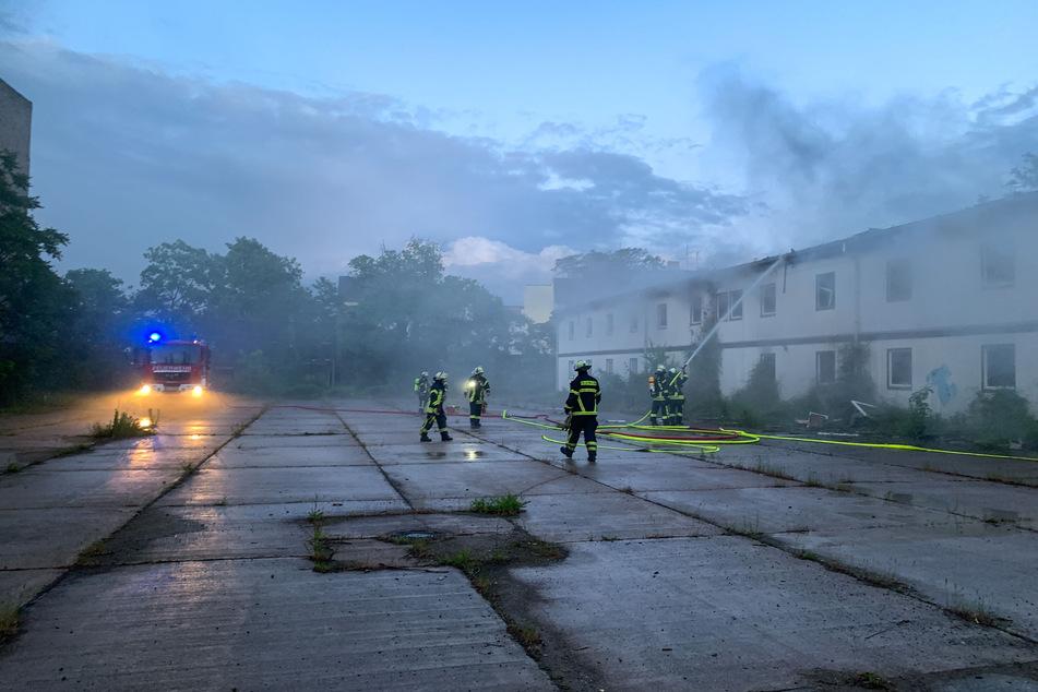Die Feuerwehrleute mussten das leerstehende Gebäude löschen.