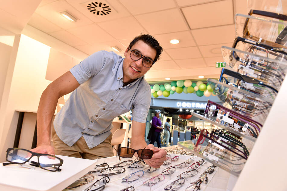 """Optiker Christoph Polei (35) zeigt die vielen Brillengestelle im Geschäft von """"brillen.de""""."""