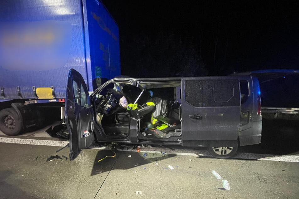 In der Nacht zum Mittwoch wurde ein 58 Jahre alter Transporterfahrer bei einem Auffahrunfall auf der A14 schwer verletzt.
