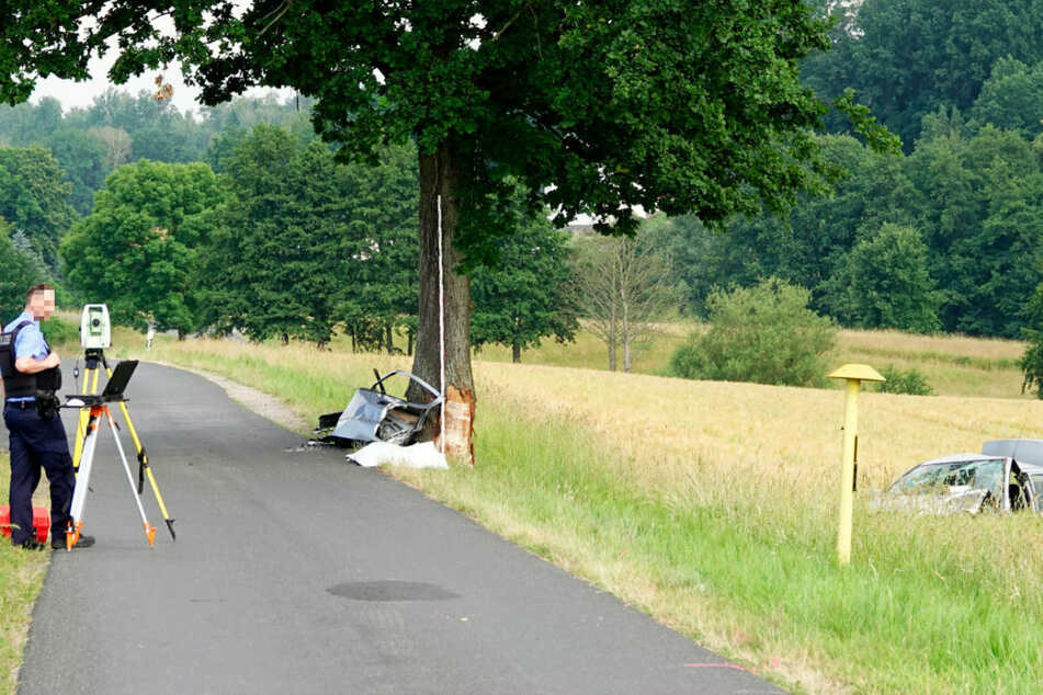 Der Opel knallte erst gegen einen Baum und blieb dann auf einem Feld liegen.