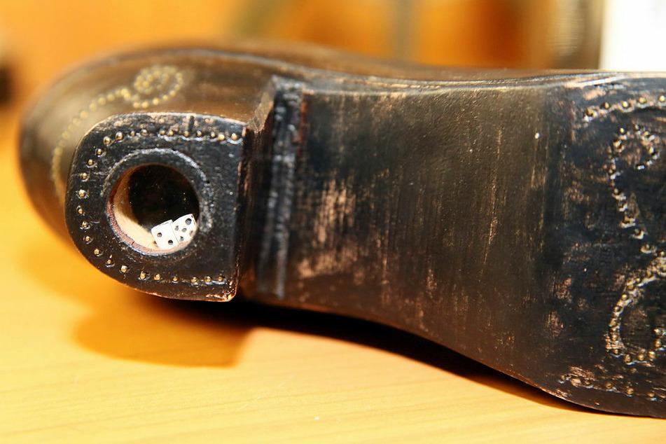 Der Absatz dieses Schuhs klappert – es sind winzige Würfel drin.