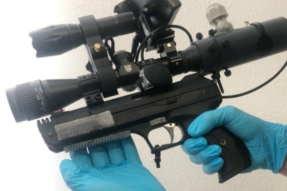 31-Jähriger fährt mit Waffen und Drogen im Wagen über die A8