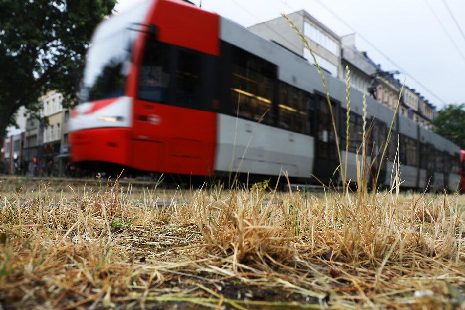 Köln: Auf der Aachener Straße: Mercedes von KVB-Bahn erfasst, Fahrer schwer verletzt