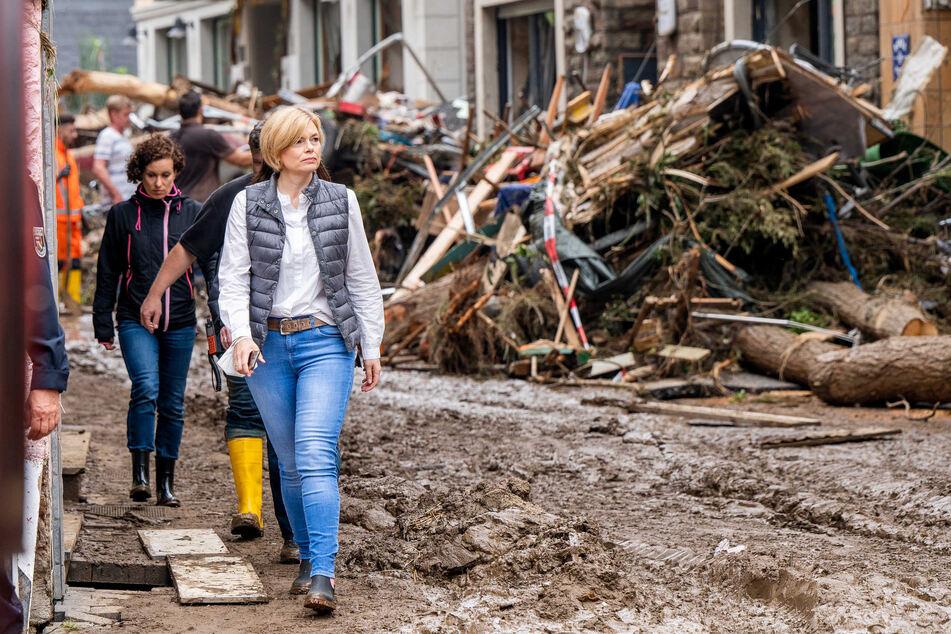Bundeslandwirtschaftsministerin Julia Klöckner (48, CDU) besuchte am Samstag das Katastrophengebiet an der Ahr.
