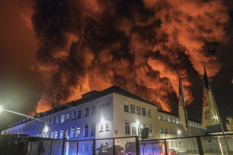 Gewaltige Qualmwolken stiegen am 17. März von der Bosch-Fertigungshalle in Wernau in den Nachthimmel.