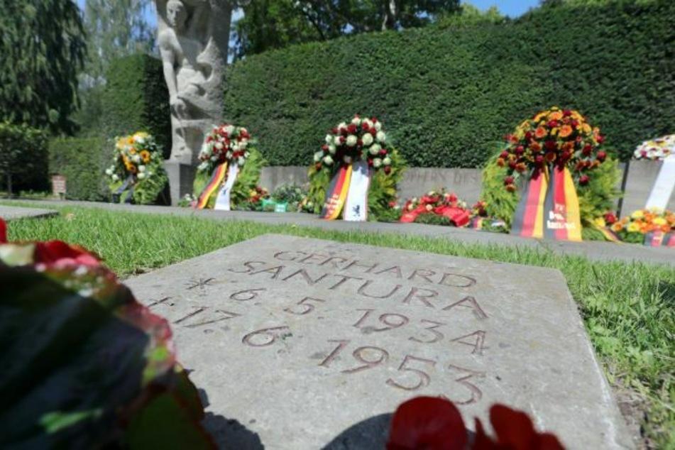 In unmittelbarer Nähe eines Grabsteins sind auf dem Friedhof an der Seestraße am Mahnmal Kränze zum Gedenken an den Volksaufstand vom 17. Juni 1953 in der DDR vor 67 Jahren niedergelegt worden.
