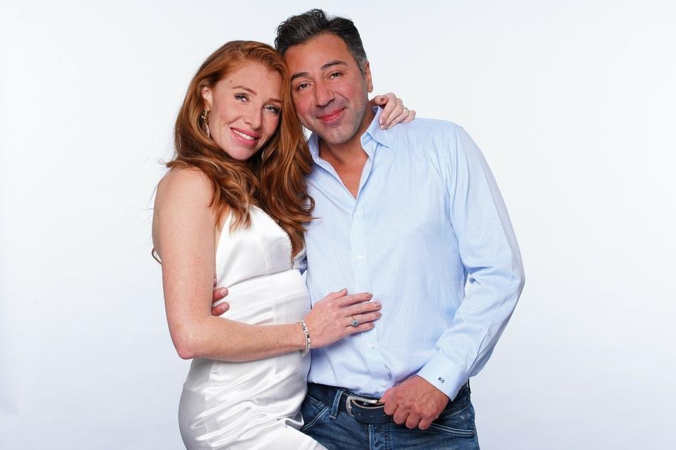 """Georgina Fleur (30) und Unternehmer Kubi Özdemir (41) sind eins von acht Paaren im """"Sommerhaus der Stars""""."""