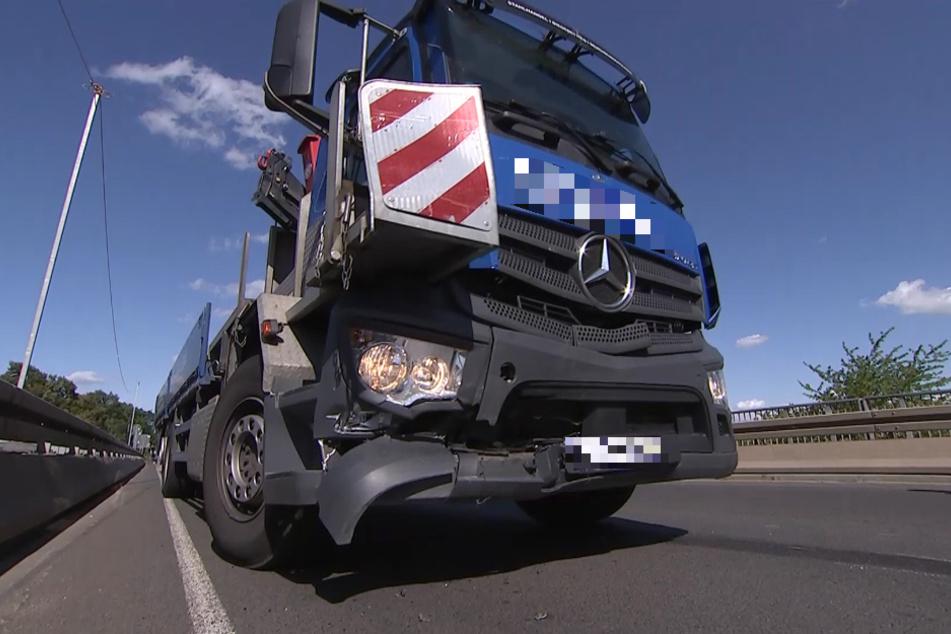 Der Lastwagen wurde ebenfalls beschädigt, soll aber nach der Unfallaufnahme weitergefahren sein.