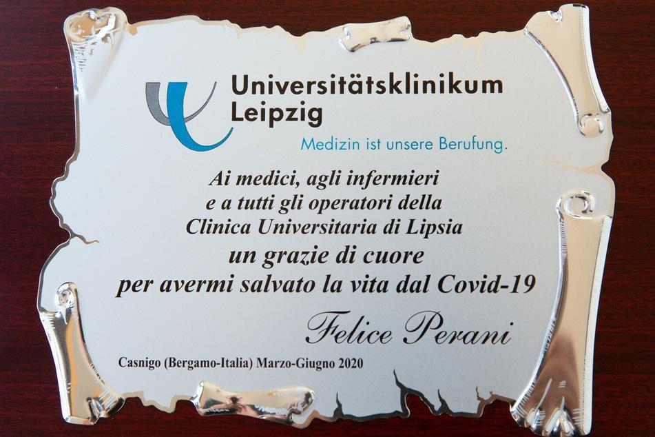 Plakette mit Worten des Dankes von Felice Perani.