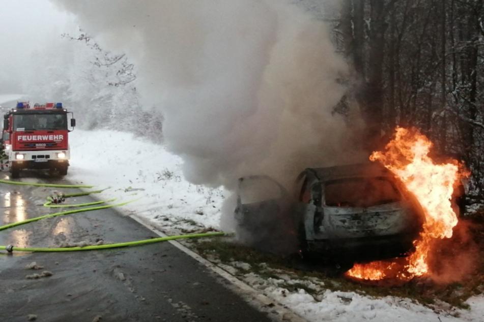 Inmitten von Eis und Schnee: Auto brennt lichterloh