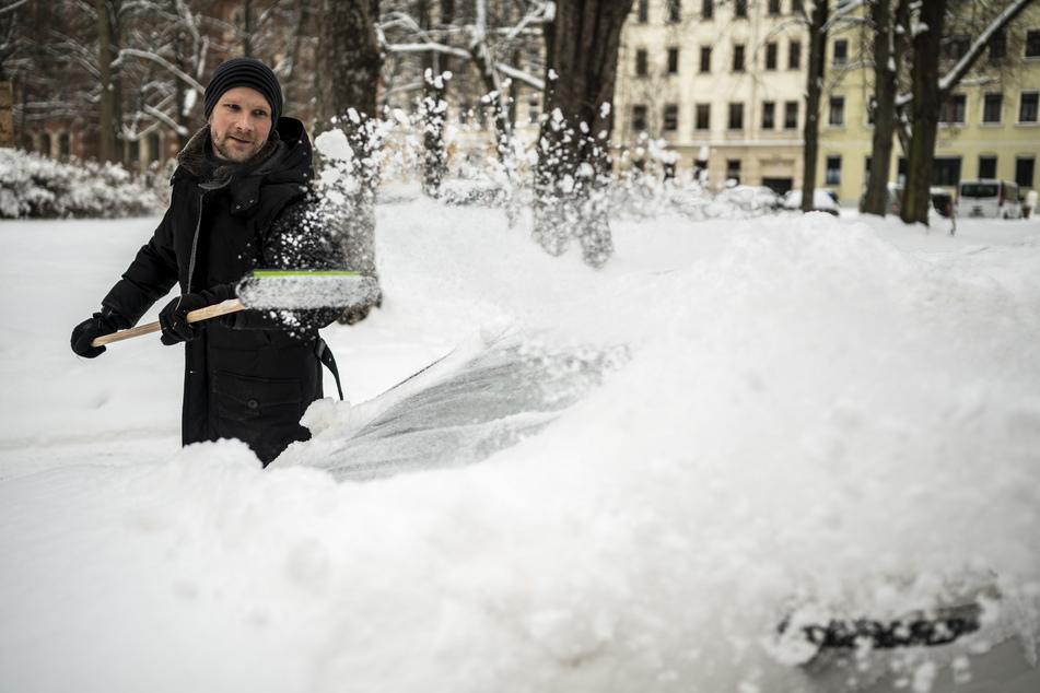 Mario Geißler (39) macht es richtig: erst den Schnee vom Auto schippen.